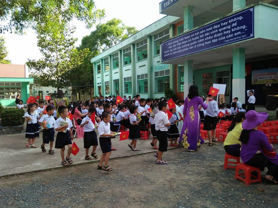 Các em học sinh lớp 1 diễu hành quanh lễ đài